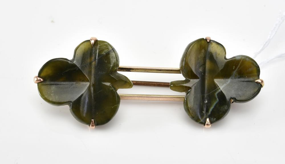 A DOUBLE CLOVER NEPHRITE BROOCH IN GOLD