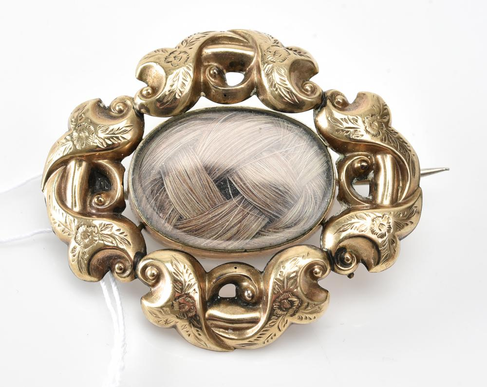 A VICTORIAN MOURNING LOCKET, WITH HAIR DETAIL AND PORTRAIT VERSO, IN GOLD