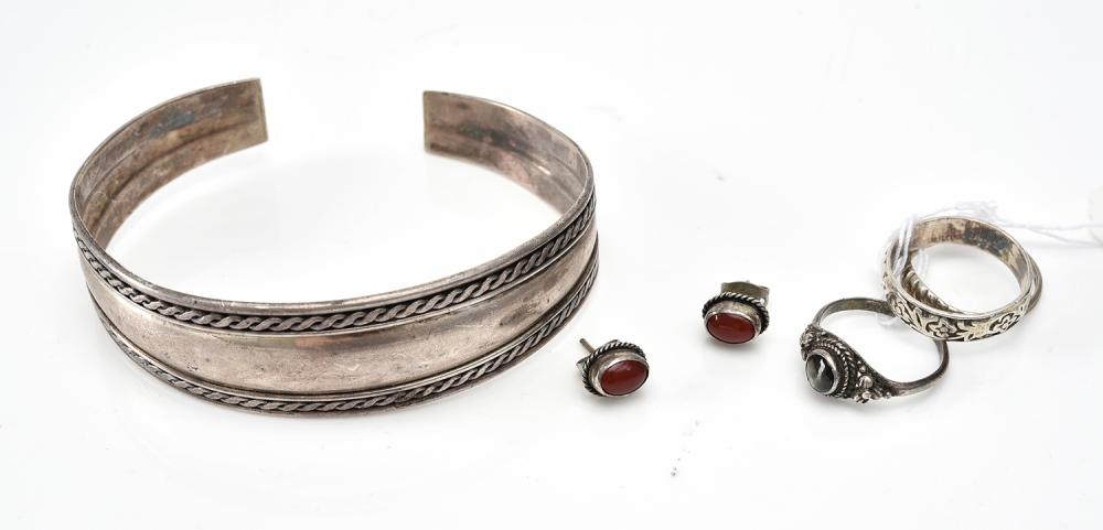 A COLLECTION OF JEWELLERY IN SILVER, INCLUDING RINGS,  A BANGLE AND A PAIR OF EARRINGS
