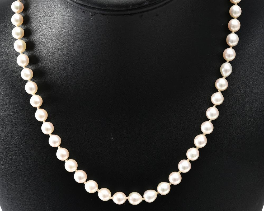 A STRAND OF CULTURED PEARLS TO A SILVER CLASP