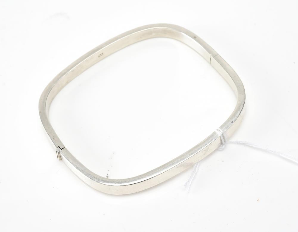A HINGED BANGLE IN SILVER