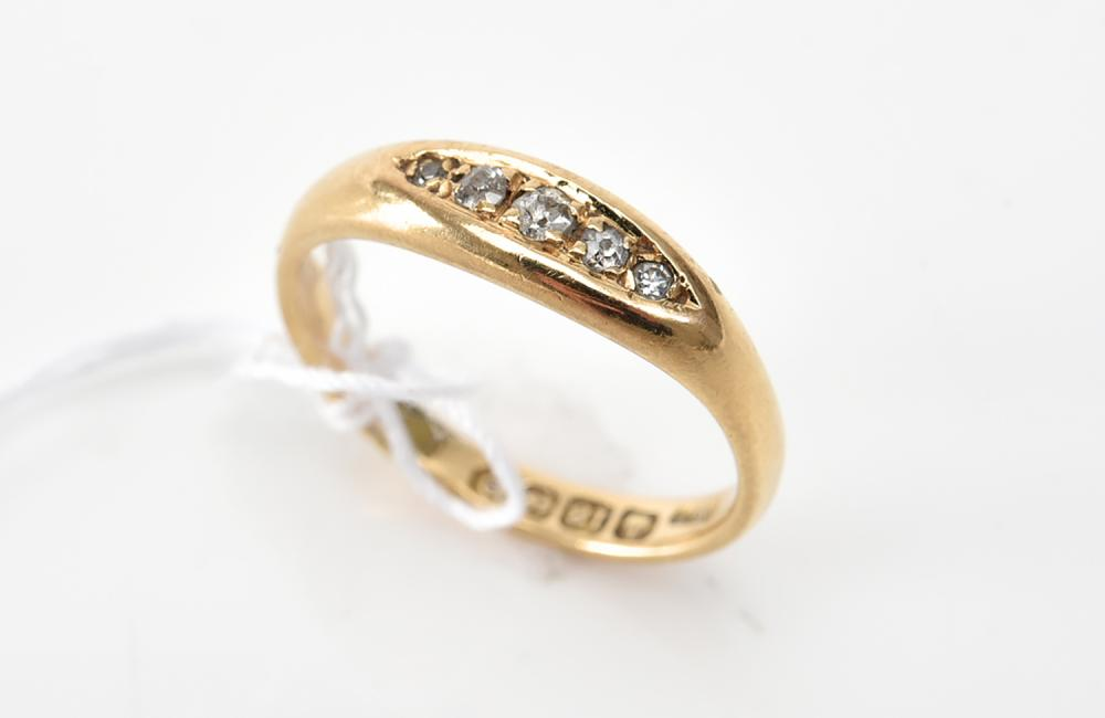 A FIVE STONE DIAMOND RING IN 18CT GOLD, BIRMINGHAM HALLMARKS
