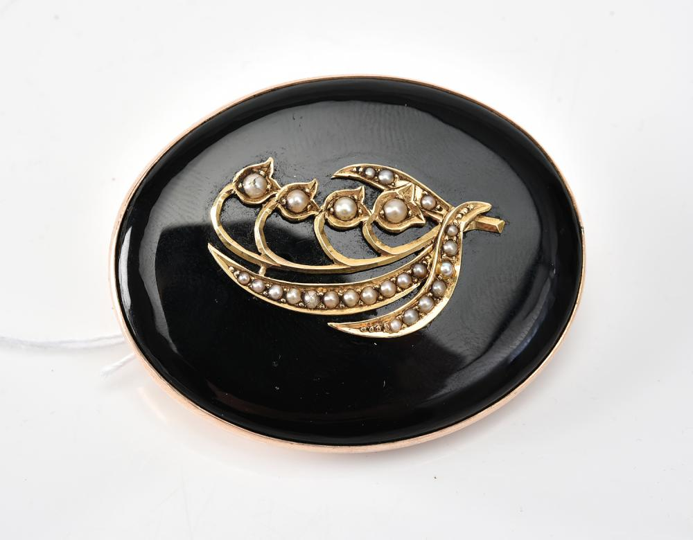 AN ANTIQUE MOURNING BROOCH IN 9CT GOLD