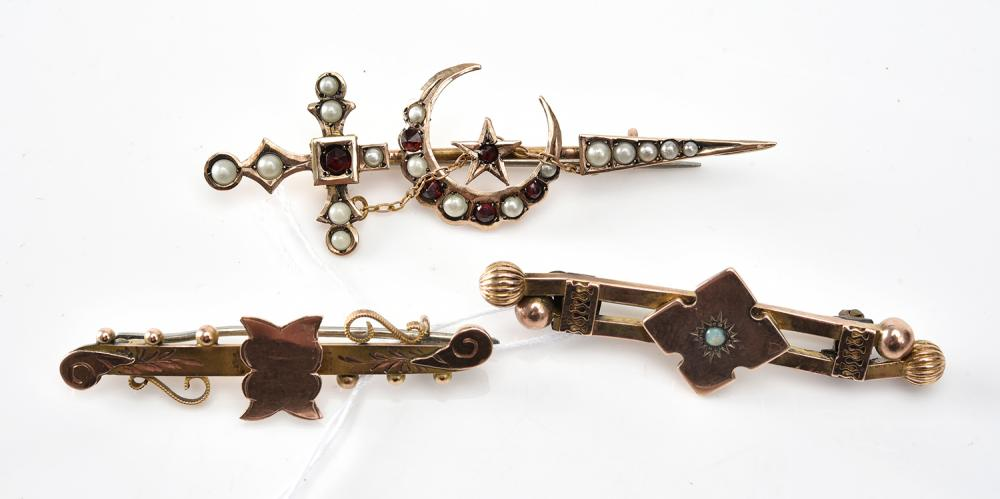 A COLLECTION OF THREE STONE SET BAR BROOCHES IN GOLD