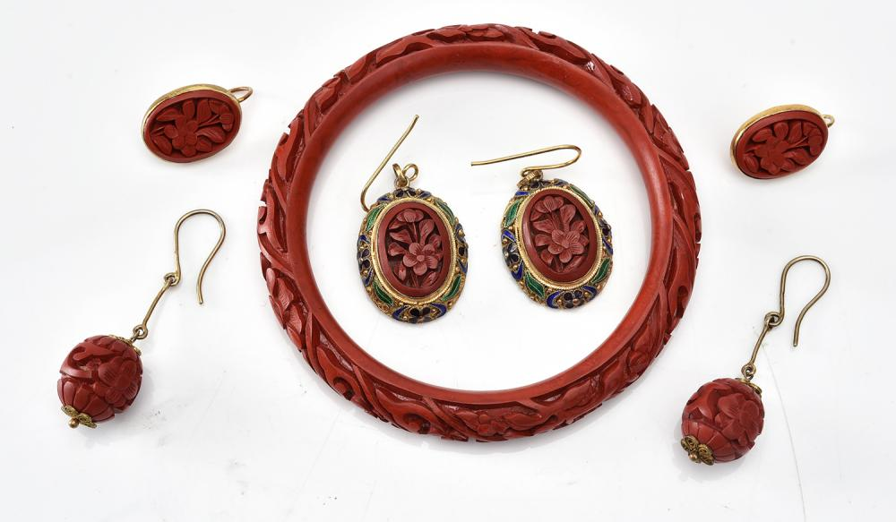 A COLLECTION OF CINNABAR JEWELLERY IN SILVER, INCLUDING A BANGLE AND A PAIR OF EARRINGS