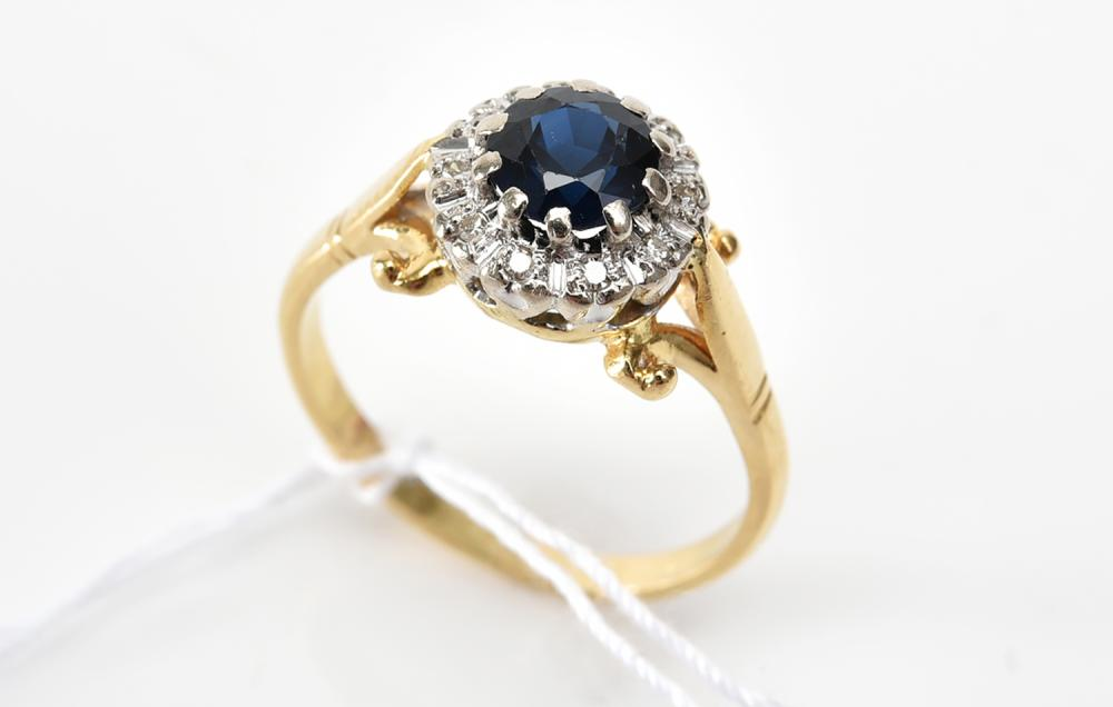 A SAPPHIRE AND DIAMOND CLUSTER RING IN 18CT GOLD