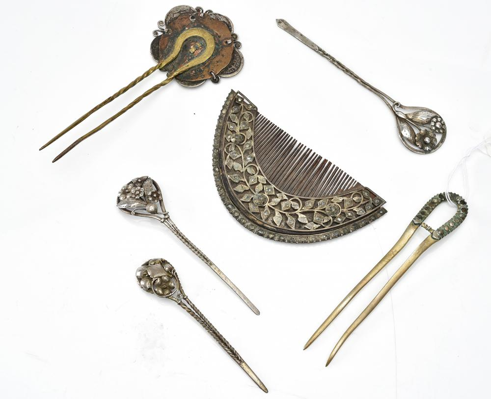 A COLLECTION OF ANTIQUE HAIR PINS AND A COMB