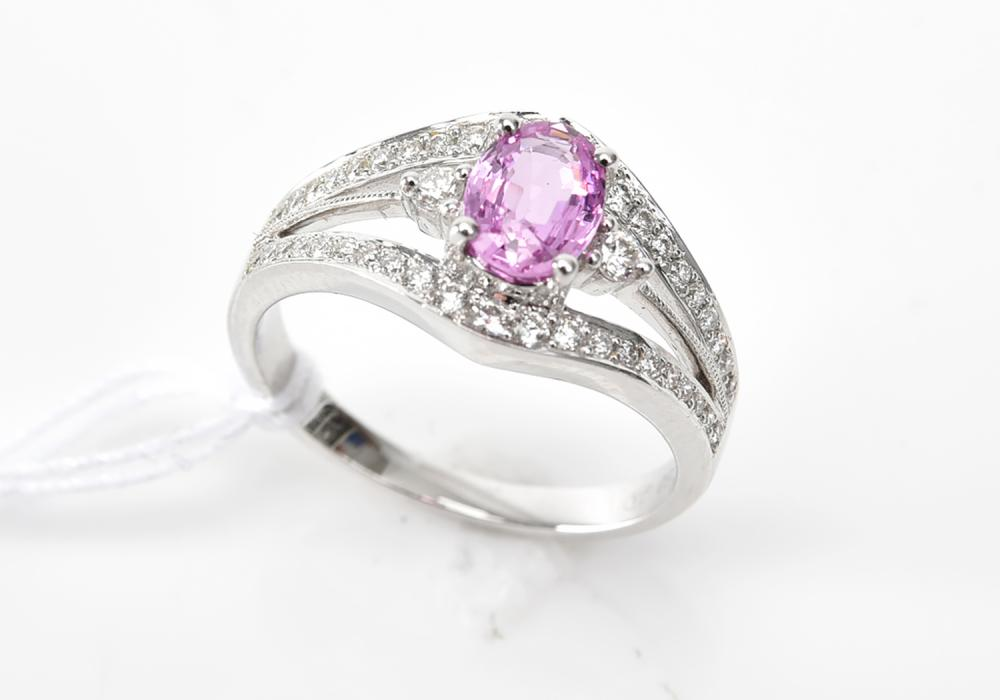 A PINK SAPPHIRE DRESS RING IN 18CT WHITE GOLD