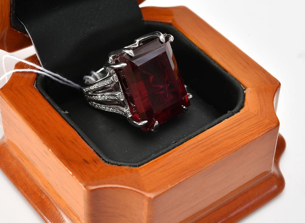 A SYNTHETIC RUBY AND DIAMOND RING IN 18CT WHITE GOLD, RUBY OF 45CTS AND DIAMONDS TOTALLING 0.33CTS.
