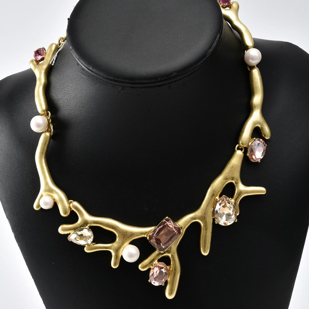 A NECKLACE BY OSCAR DE LA RENTA