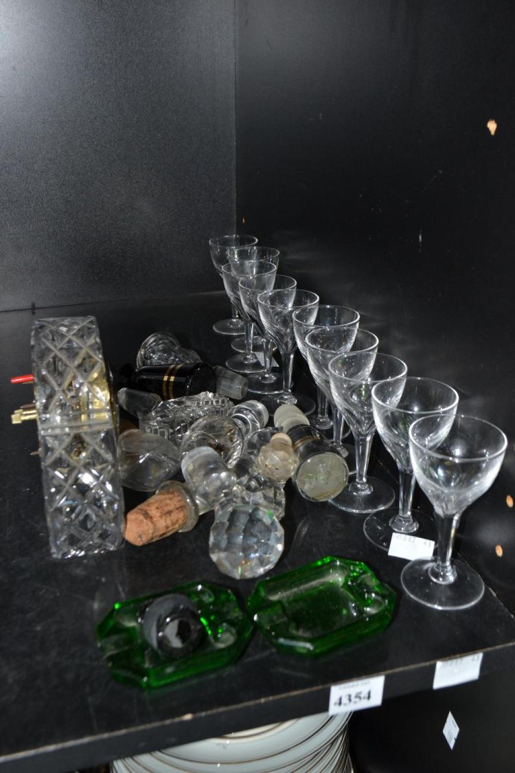 A PART SHELF OF ASSORTED CRYSTAL AND GLASS ITEMS, INCL SHERRY GLASSES, BOTTLES STOPPERS ETC