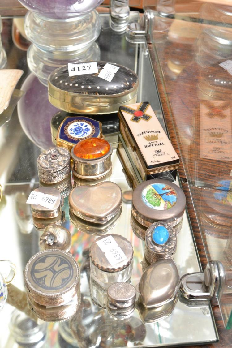 A COLLECTION OF STERLING SILVER AND CONTINENTAL SILVER PILL BOXES