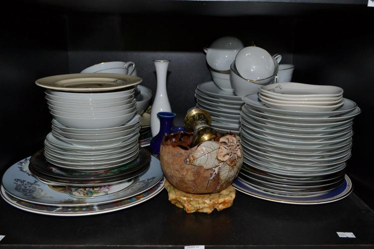 A SHELF OF CERAMICS INCLUDING COLLECTORS PLATES