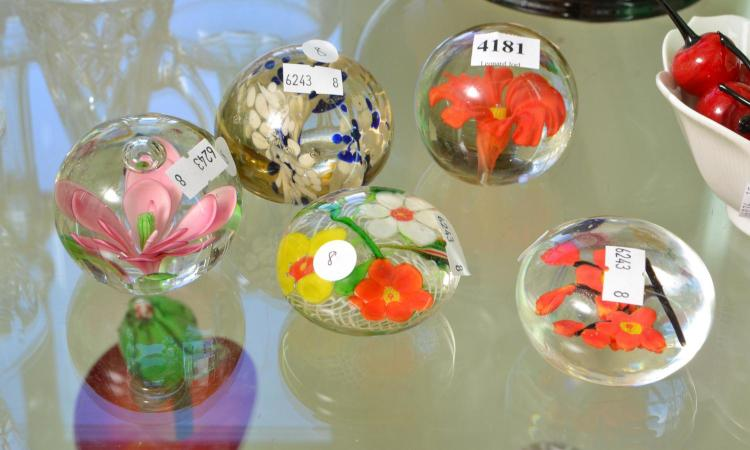 FIVE VINTAGE CHINESE GLASS PAPERWEIGHTS, LARGEST 7 CM DIAMETER
