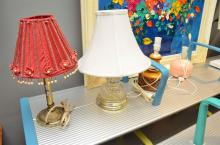 A GROUP LOT OF TABLE LAMPS AND A BRASS CHANDELIER