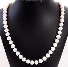 A PEARL NECKLACE WITH SILVER CLASP