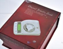 A DIGITAL JEWELLRY SCALE, BOXED.