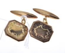 A PAIR OF VINTAGE CUFFLINKS IN GOLD.