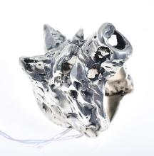 A WOLF HEAD RING, HANDCRAFTED IN SILVER, RING SIZE W.