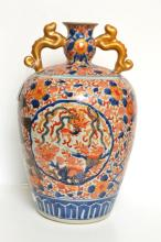 A PAIR OF JAPANESE SQUAT BALUSTER VASES IN AN IMARI PALETTE, 19TH/20TH CENTURY