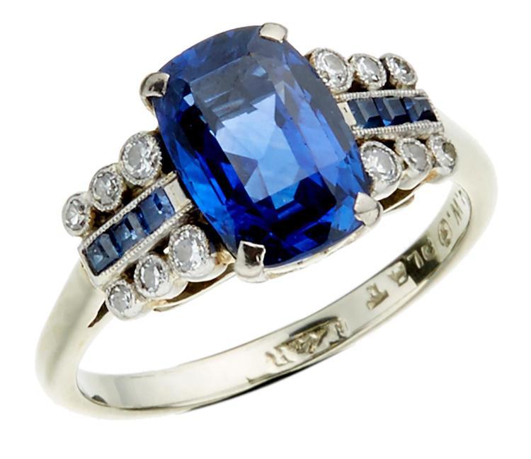 A SAPPHIRE & DIAMOND RING