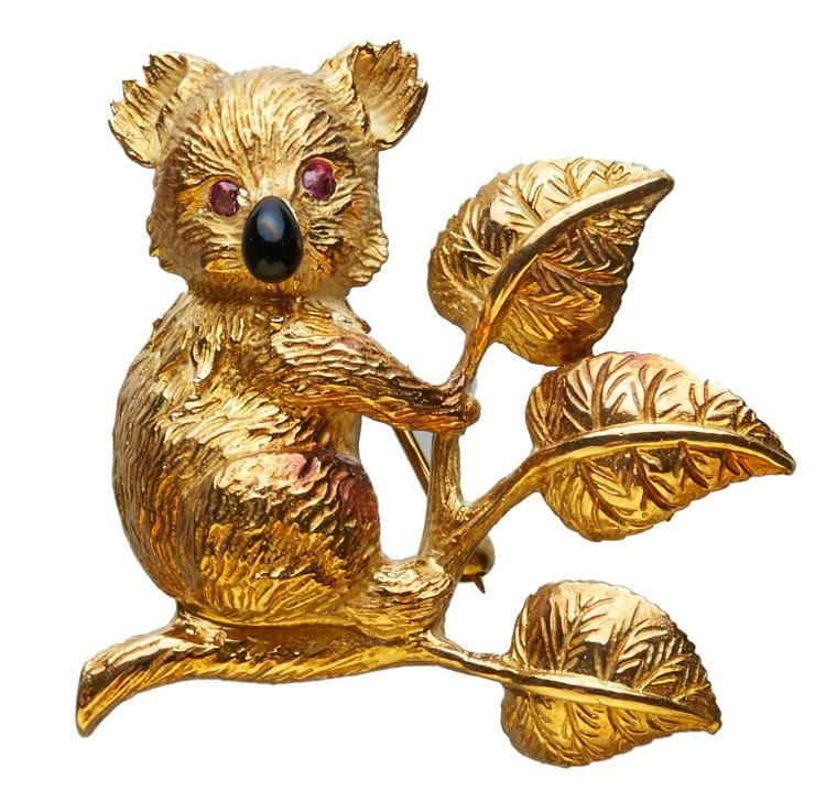 A GOLD NOVELTY BROOCH