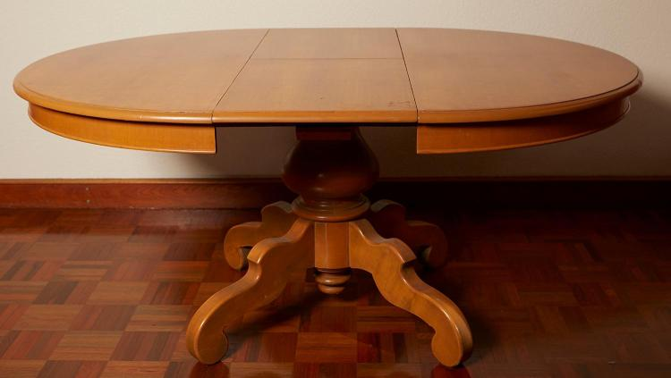 AN ITALIAN EARLY 20TH CENTURY CIRCULAR EXTENSION CENTRE TABLE