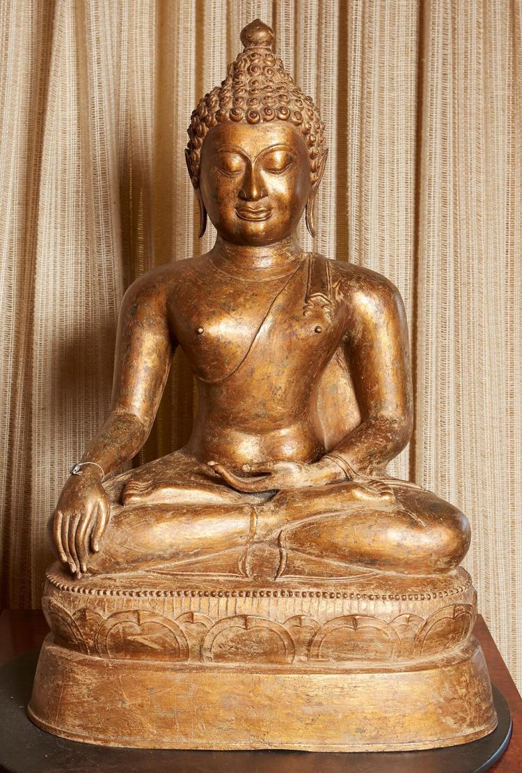 A LARGE THAI CHIANG SAEN STYLE GILT BRONZE SEATED BUDDHA, CIRCA 18TH CENTURY