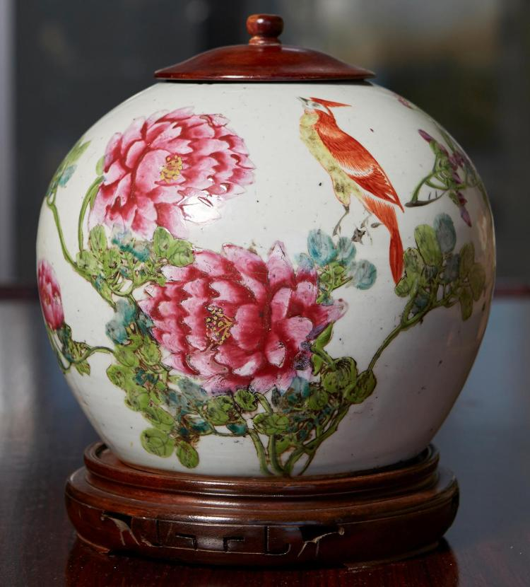 A CHINESE FAMILE ROSE JAR ON STAND WITH COVER, QING CIRCA 1900