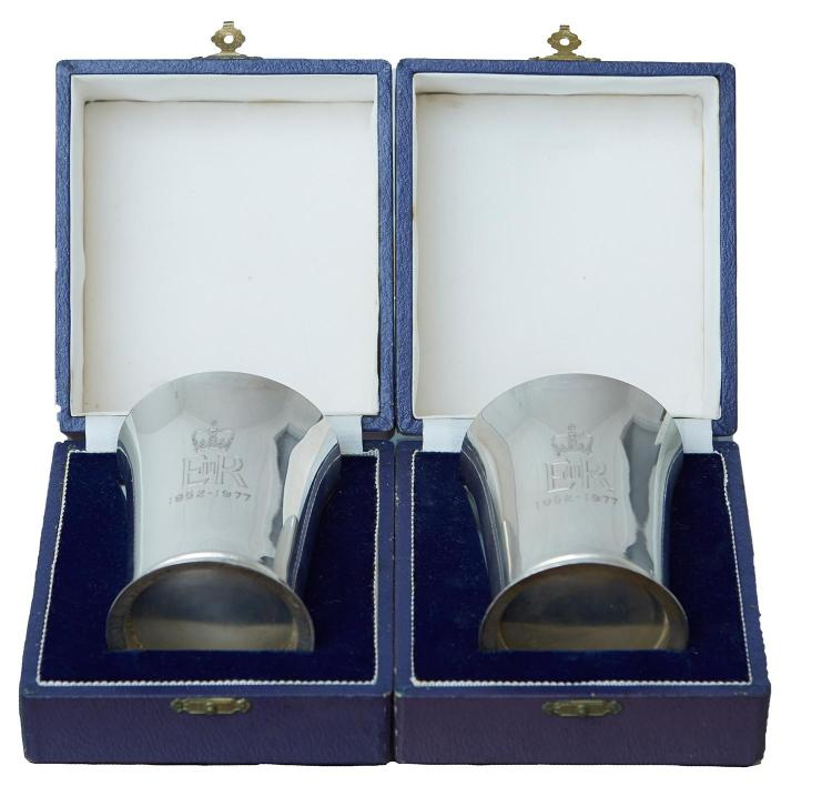 A PAIR OF QUEEN ELIZABETH II SILVER JUBILEE STERLING SILVER CUPS BY J.B.CHATTERLEY & SONS LTD, BIRMINGHAM
