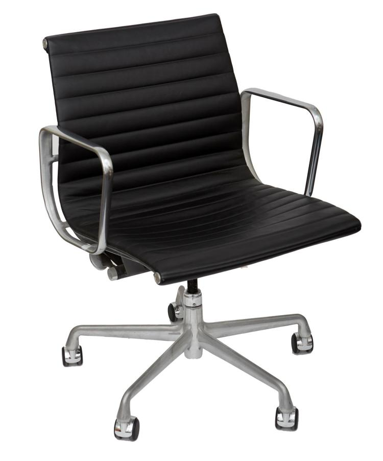 A CHARLES & RAY EAMES ALUMINIUM GROUP CHAIR FOR HERMAN MILLER