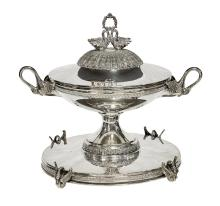 A CONTINENTAL SILVER LIDDED COUPE ON ORIGINAL STAND, CIRCA 1920. 28cm total height, 33cm diameter. 1280 gms silver