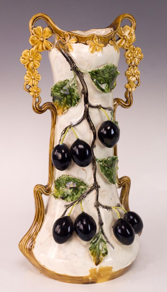 Templite Vase w/ Grapevine