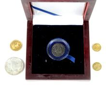 World Coins & Medalets (5): A Roman bronze ant of Licinius GVF in a presentation case, a Greek silver 30 Drachma 1964 EF, 2x 1.29g Egyptian yellow metal medalets, and a 3.52g 18ct gold Winston Churchill commemorative medalet