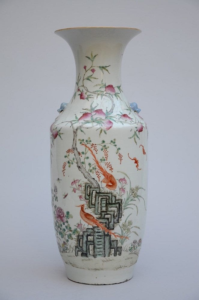 Un vase en porcelaine de chine avec un d cor de p for Porcelaine de chine