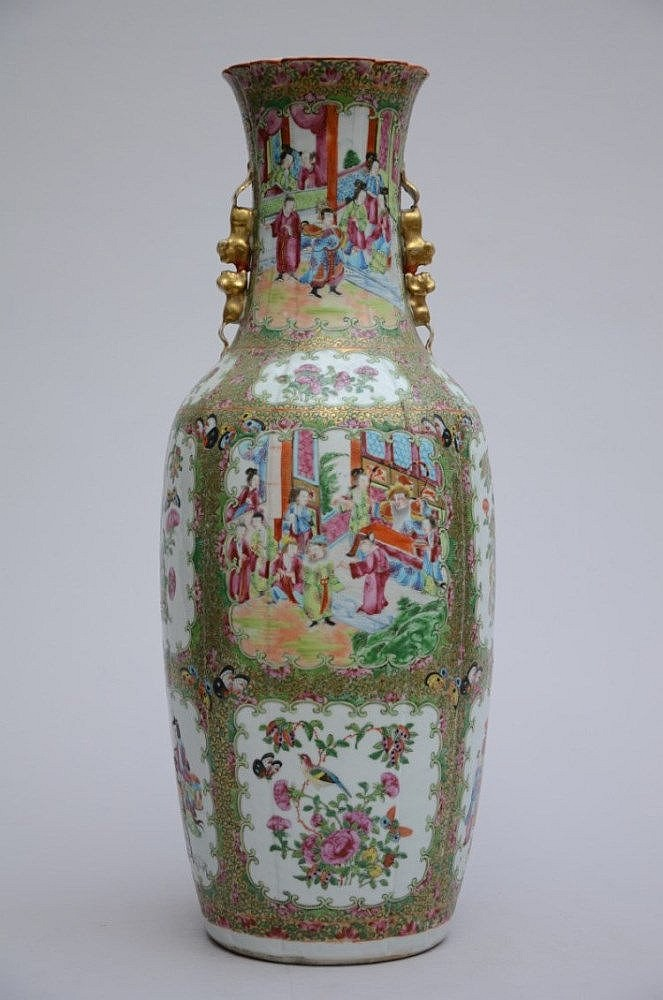 Un vase cantonais en porcelaine de chine avec bord for Porcelaine de chine