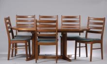 Edvard VALENTINSEN (XX) DANEMARK  Table de salle-à-manger en teck à deux rallonges et six chaises en teck  à assise en cuir bleu.