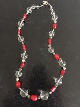 Collier recomposé selon la tradition de perles de corail et de cristal de roche.