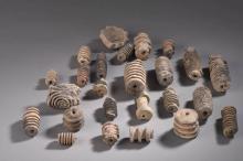 Ensemble de 25 pièces  de fouilles en terre cuite  rouleau à empreintes.