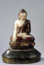 Buddha Maravijaya assis en vajrasana sur un socle lotiforme vêtu d'une robe monastique rabattu en un pli sur la poitrine lui découvrant l'épaule droite et coiffé de fines bouclettes surmontée de la protubérance crânienne ushnisha.