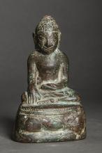 Buddha Maravijaya assis sur un socle lotiforme.