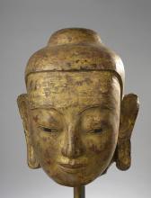 Tête de Buddha à la beauté juvénile coiffée de la protubérance crânienne ushnisha.