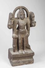 Virabadra l'une des formes de Shiva debout à quatre bras tenant les attributs tantriques et auréolé d'une mandorle.