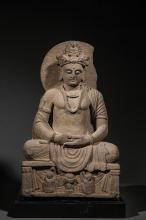 Le Boddhisattva Maïtreya assis en méditation sur un socle habité de deux adorants et d'une offrande kalasha vêtu de la robe monastique au drapé hellénistique paré de joyaux et coiffé d'un turban surmonté du Buddha Amitabha, auréolé d'un nimbe.