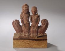 Couple  mythique assis sur une embaraction.Terre cuite.
