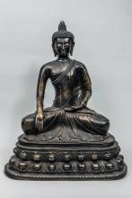 Buddha Maravijaya assis sur un double socle lotiforme vêtu de la robe monastique utarasanga une main  en bumishparshamudra et l'autre en dhyanamudra coiffé de fines bouclettes hérissées surmontée d'une importante ushnisha.