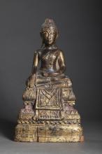 Buddha Maravijaya assis sur un socle étagé  lotiforme couvert d' une double bannière  vêtu de la robe monastique, une main en bumishparshamudra et l'autre main en offrande dhyanamudra.