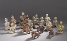 Quatorze statuettes votives illustrant des maternités en terre cuite à glaçure céladon brune et blanche.