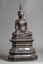 Buddha Maravijaya assis sur un haut socle étagé, les jambes en virasana et la main droite en bumishaprshamudra touchant du bout des doigts la terre à témoin des plaisirs terrestres, l'autre main en posture d'offrandes dhyanamudra .