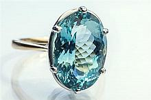 An 18ct white and yellow gold and aquamarine ring with a fine 12.60 carat oval cut aquamarine, ring size P½.